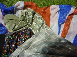 combinação das estampas: o vestido, a camisa, a parka, e o lenço com estampa da bandeira do UK que fez as vezes de canga